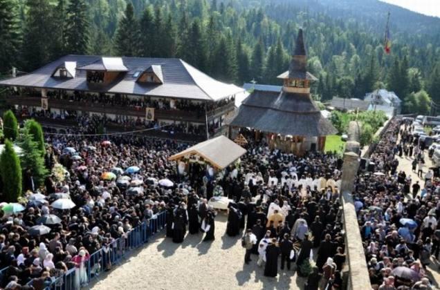 Parintele-Justin-Parvu-Iustin-Parvu-Petru-Voda-inmormantare-liturghie